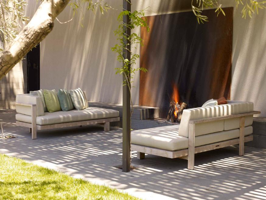 Зона отдыха с садовыми диванами