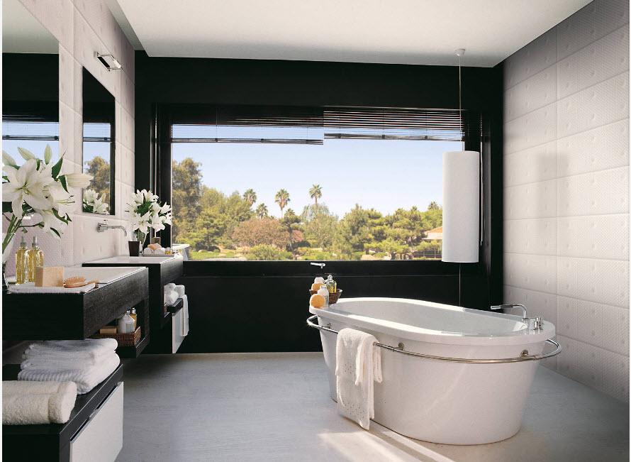 Ванная с большим окном