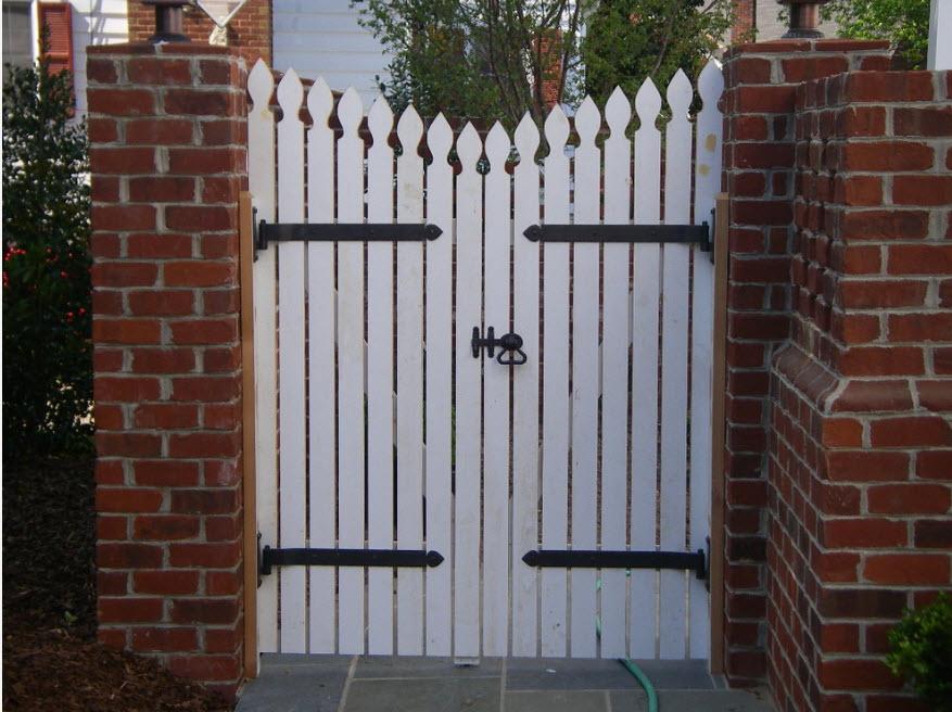 С деревянными воротами