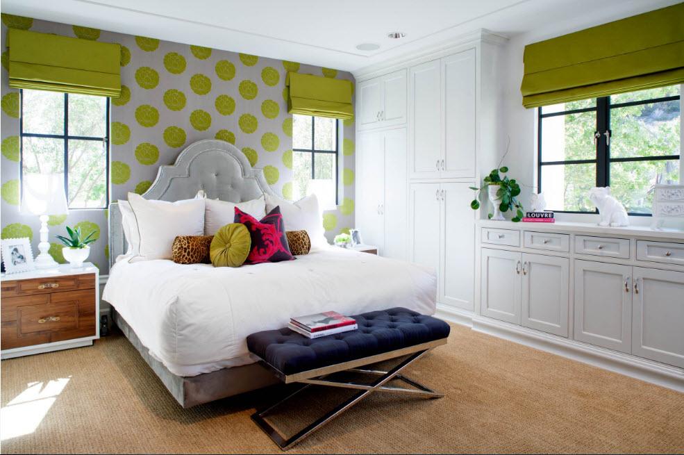 Зеленые обои с принтом в спальне