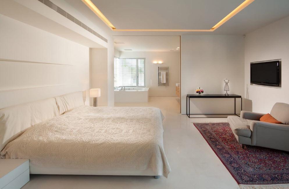 В светлой и просторной спальне
