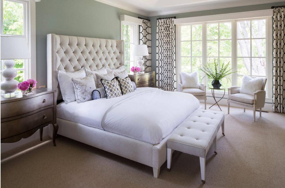 Спальня со светлыми поверхностями