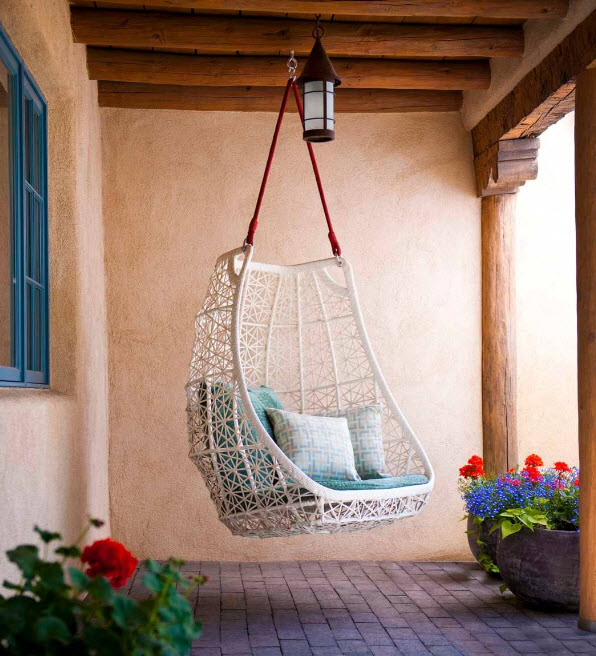 Белоснежное кресло под навесом