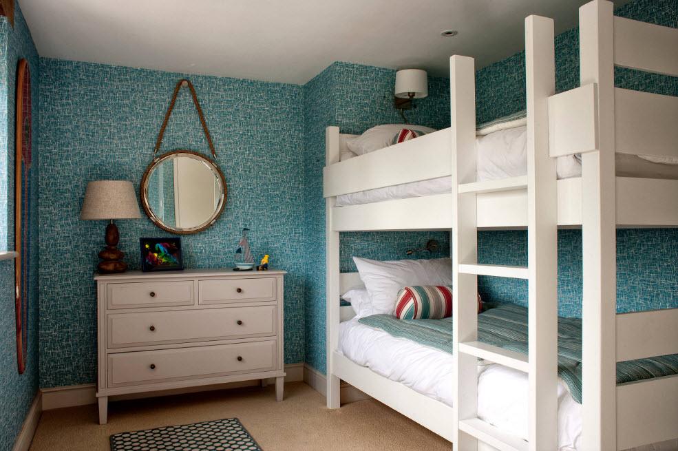Белая кровать на голубом фоне