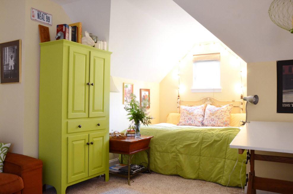 Акцент на шкаф и текстиль кровати