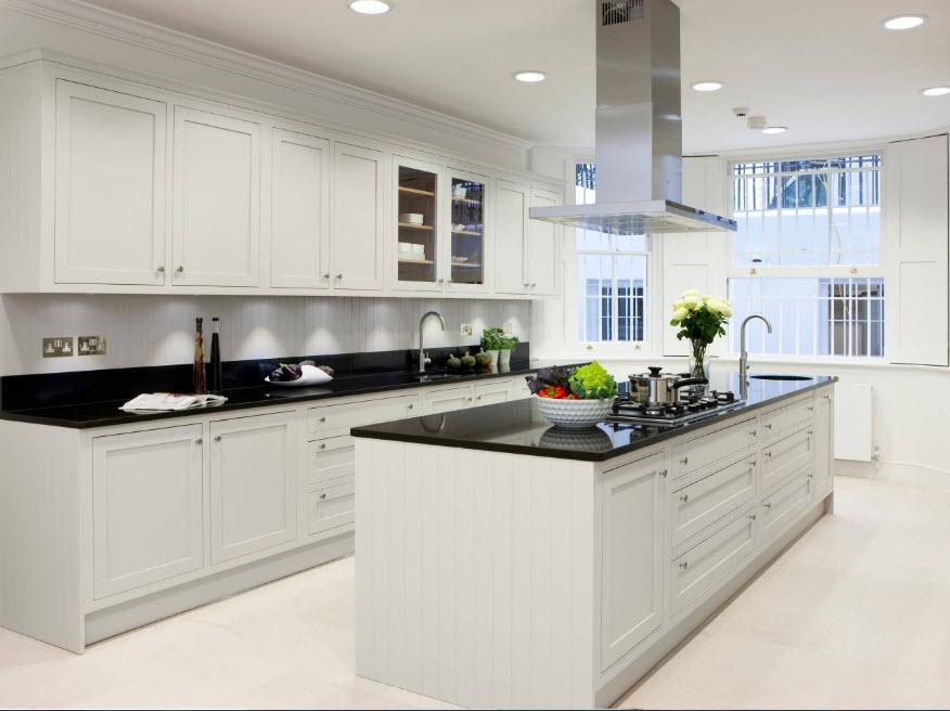 Темные столешницы в белоснежной кухне