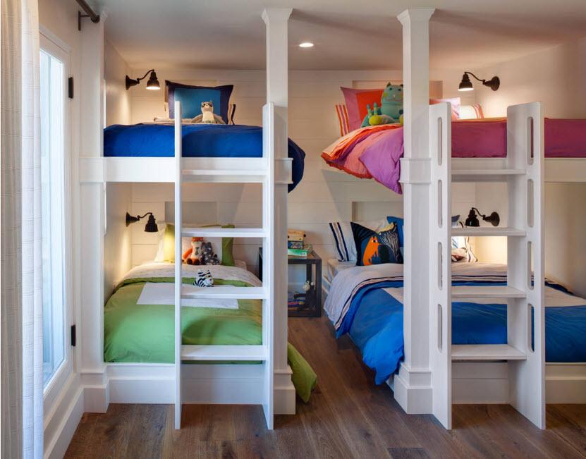 Белые кровати с ярким бельем
