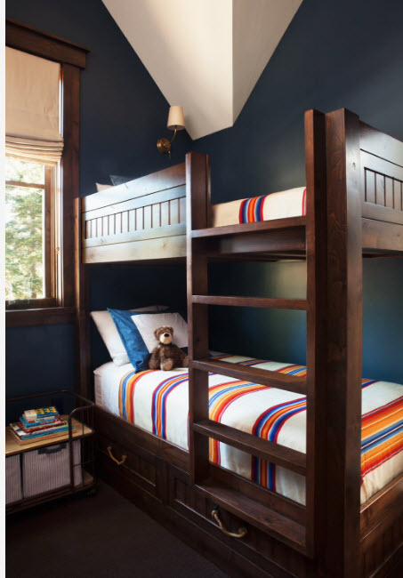 Кровать из темной древесины