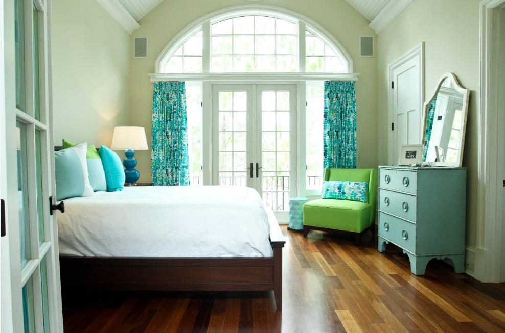 Светлая спальня с яркими деталями