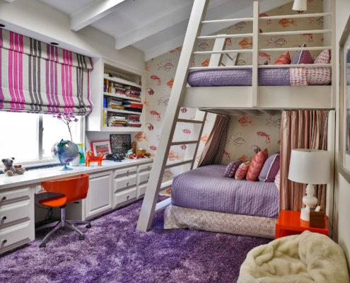 Двухъярусная кровать в интерьере детской комнаты