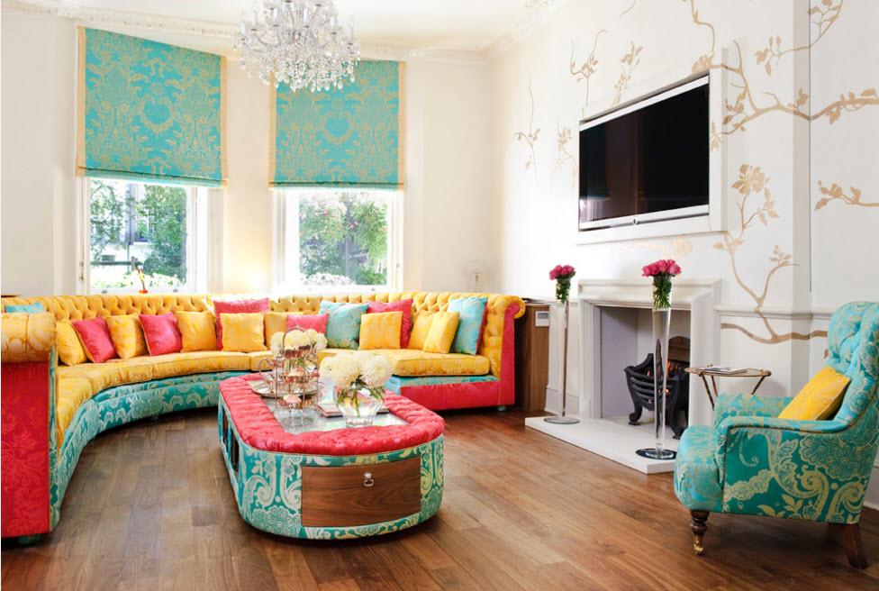 Яркое оформление гостиной текстилем