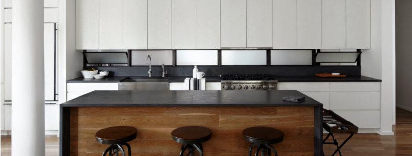Черно-белый интерьер современной кухни