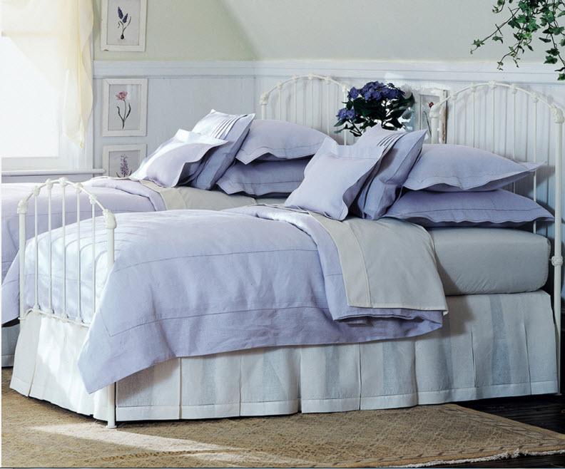 Пара белоснежных кроватей