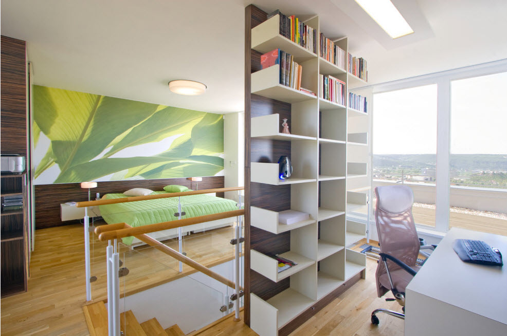Книжный стеллаж у лестницы