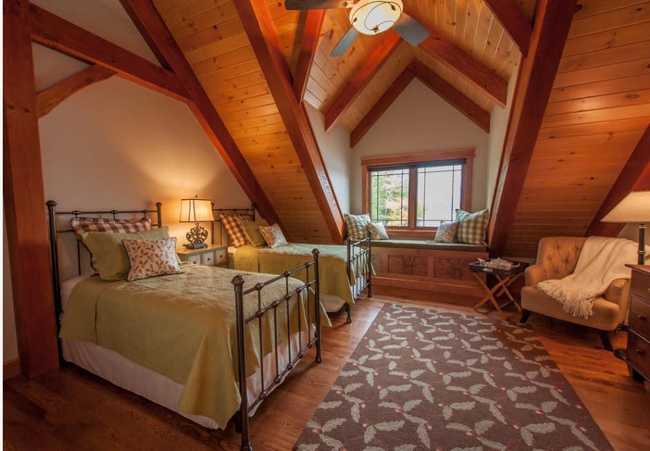 В спальне с деревянной отделкой