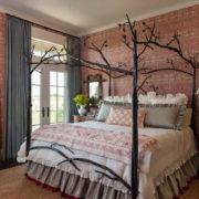 Оригинальная кованая кровать в интерьере спальни