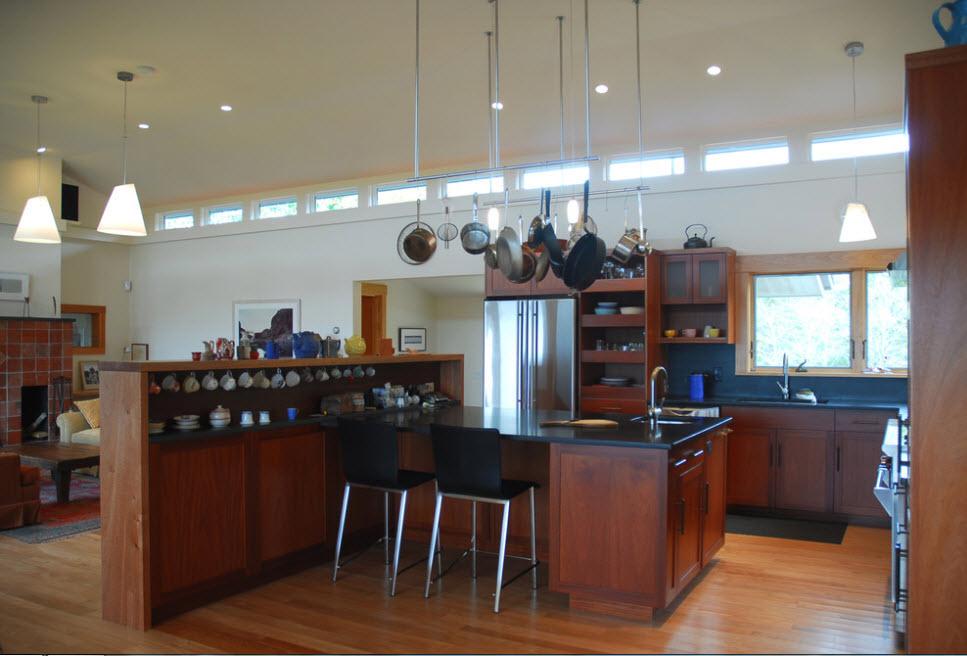 Невысокий стеллаж в кухне