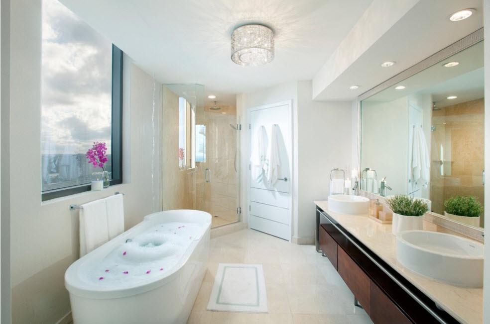 Красивая люстра в ванной