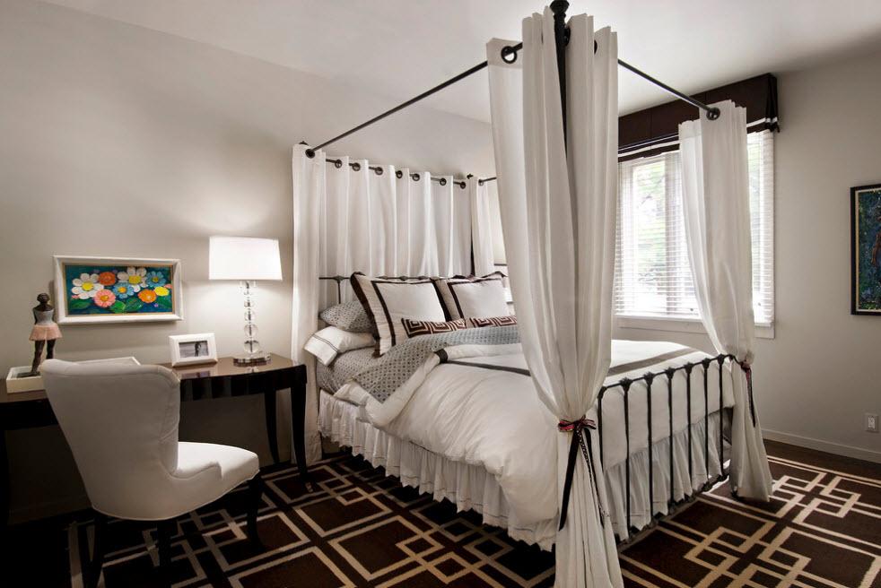 Темная кровать, светлый текстиль