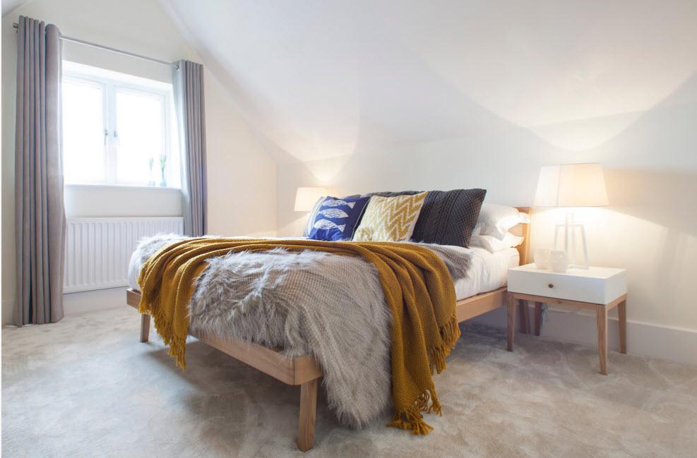 Скромная обстановка спальни