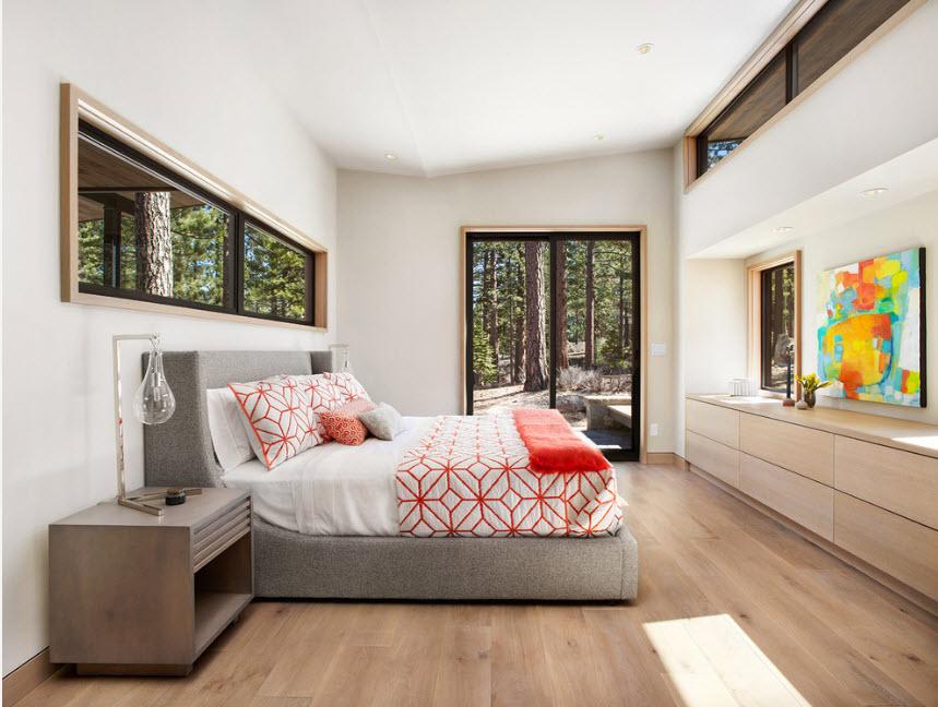 Просторная спальня с высоким потолком