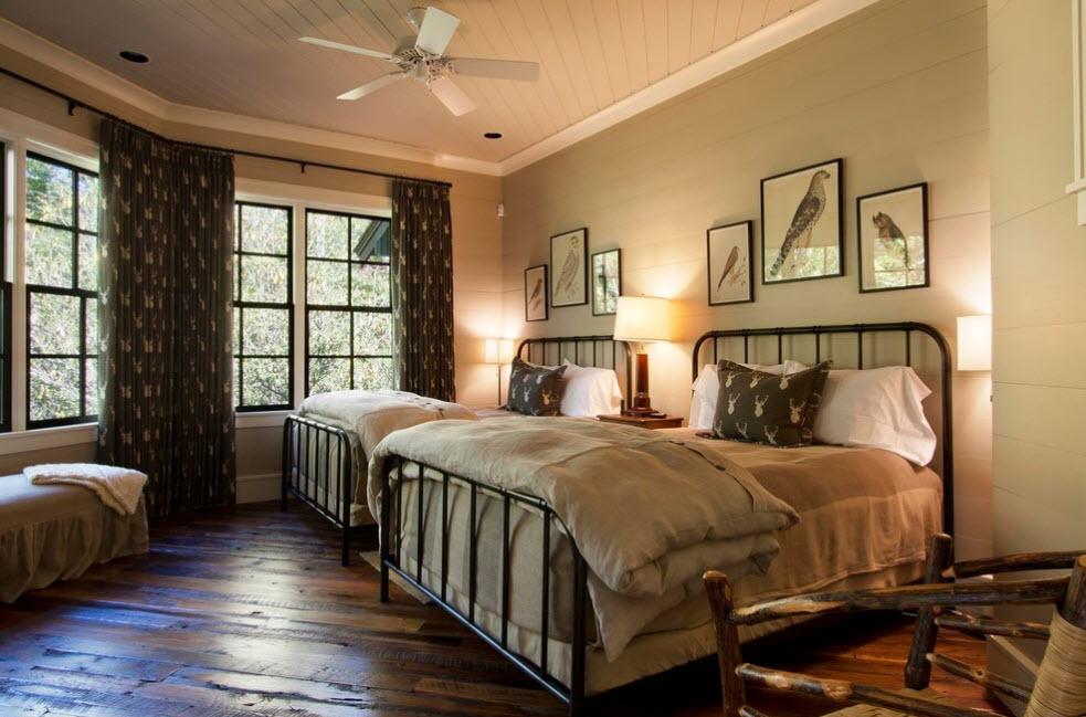 Две кованые кровати в спальне