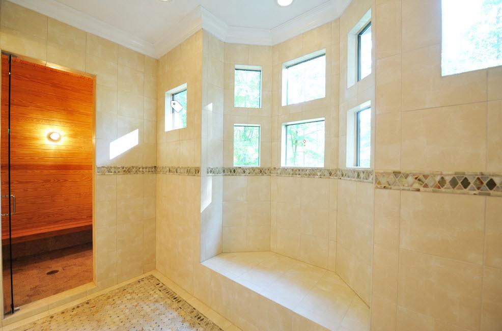 В светлой ванной комнате