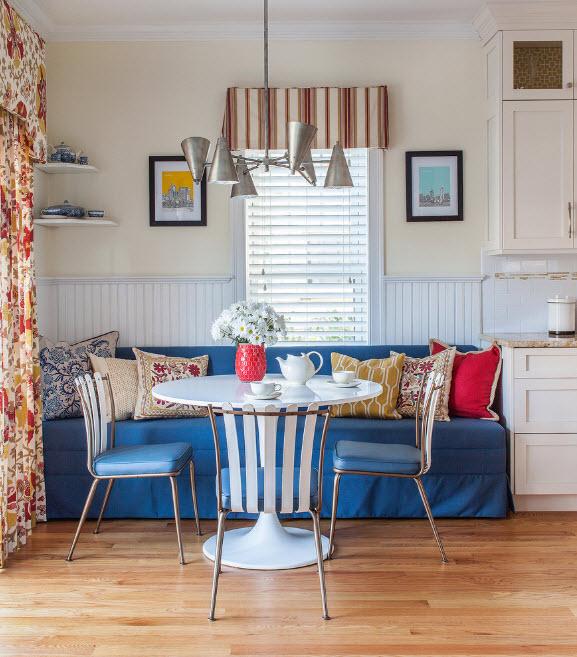 Яркий диван в светлой кухне