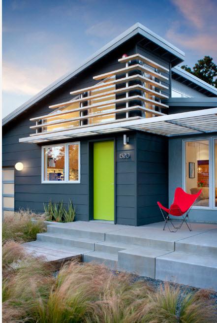Дом с яркой дверью