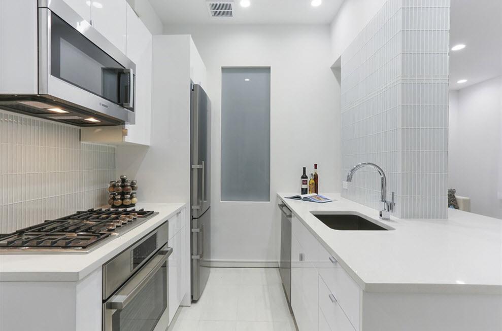 Холодильник в углу кухни