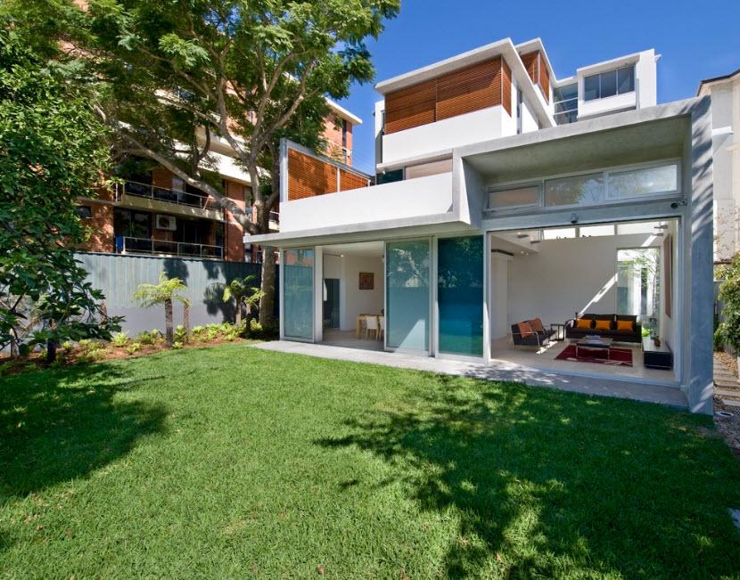 Дом и небольшой дворик