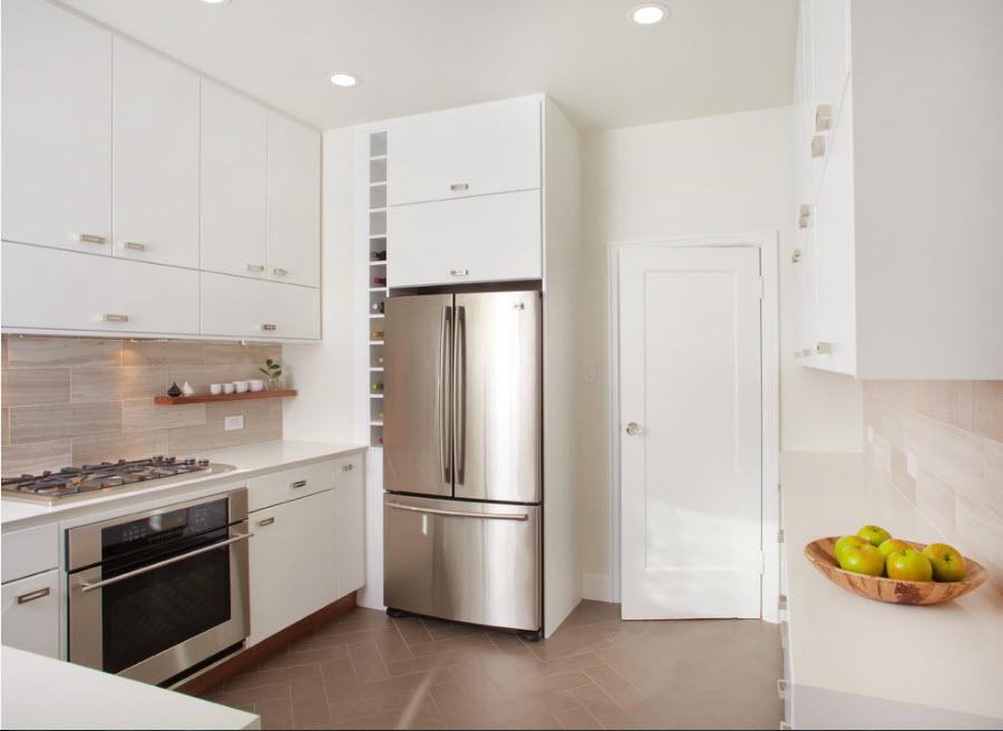 Холодильник у входа в кухню