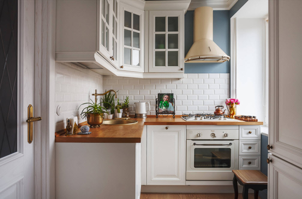 аккуратная белоснежная кухня
