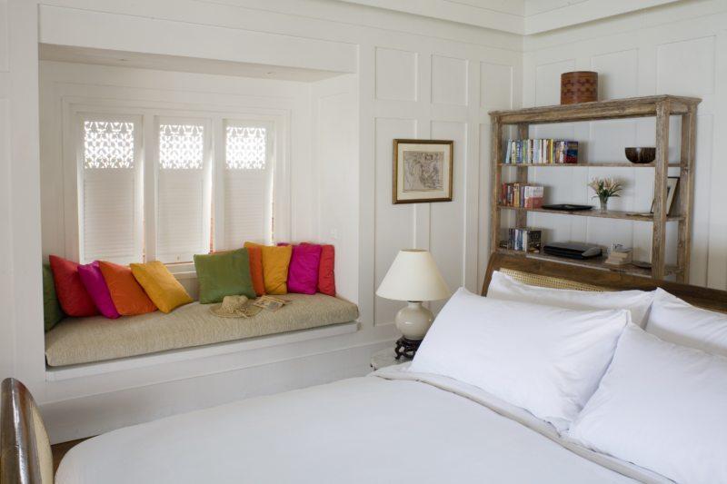 белая с цветными подушками