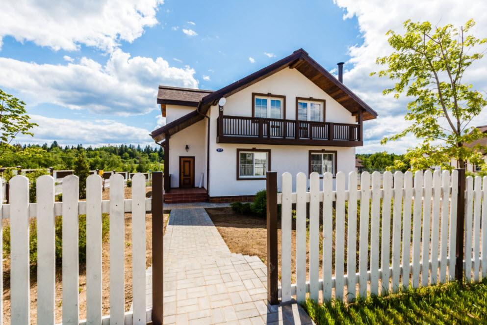 белоснежный дачный домик