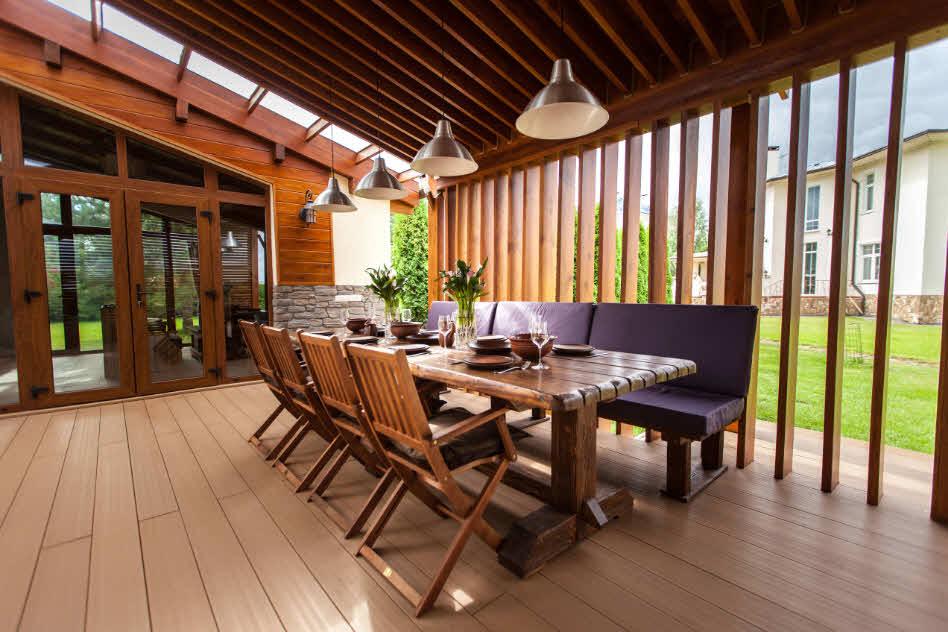 большая-деревянная-беседка-с-мебелью