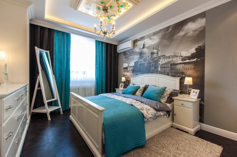 голубая спальня с принтом города