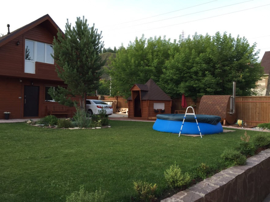 каркасный дом с бассейном на лужайке