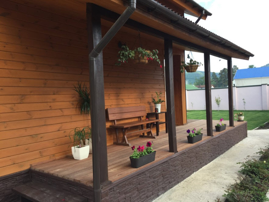 каркасный дом с местом для отдыха