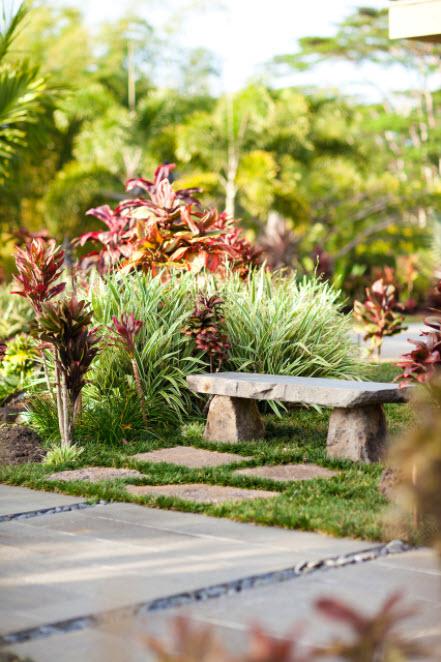 маленькая скамейка в саду