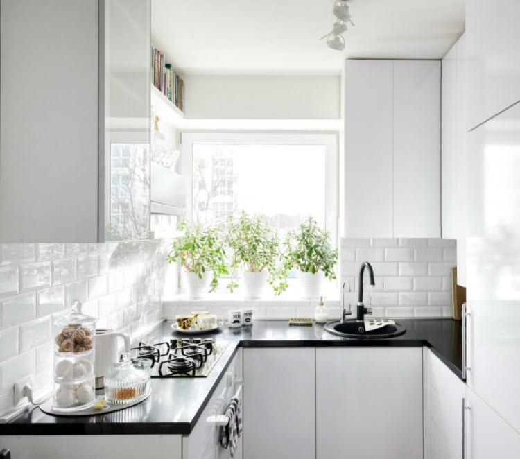 небольшая белоснежная кухня