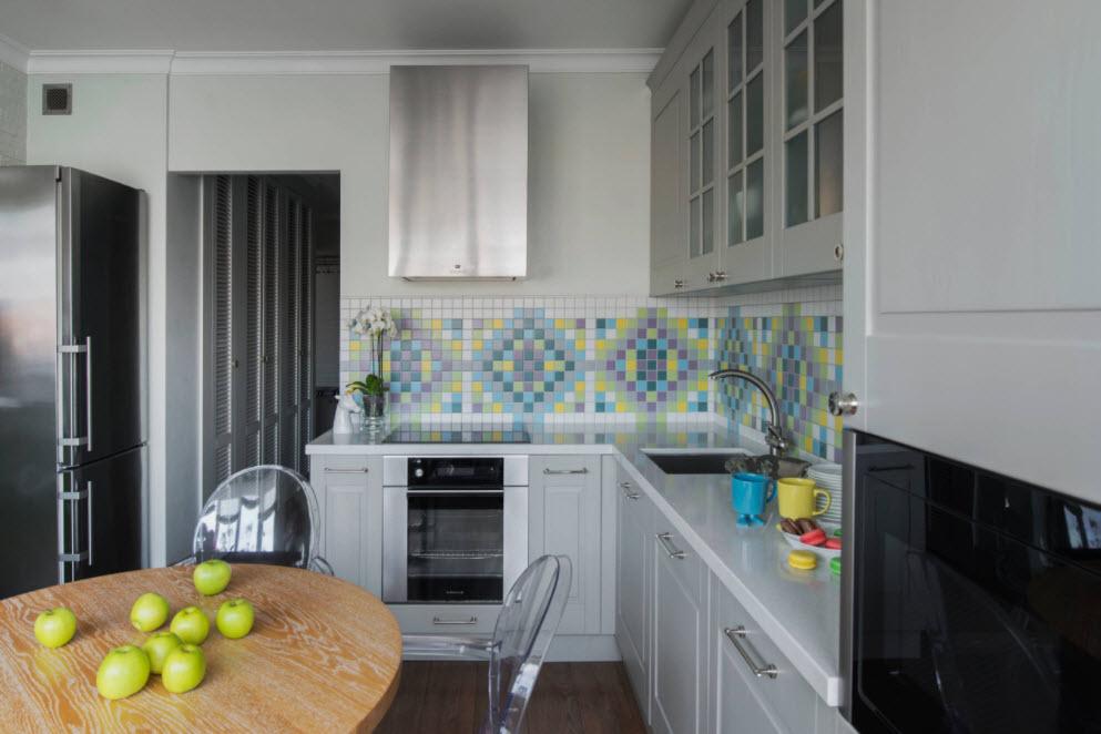 небольшая кухня и яблоки на столе