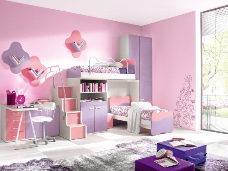 светло-розовые обои в женской спальной комнате