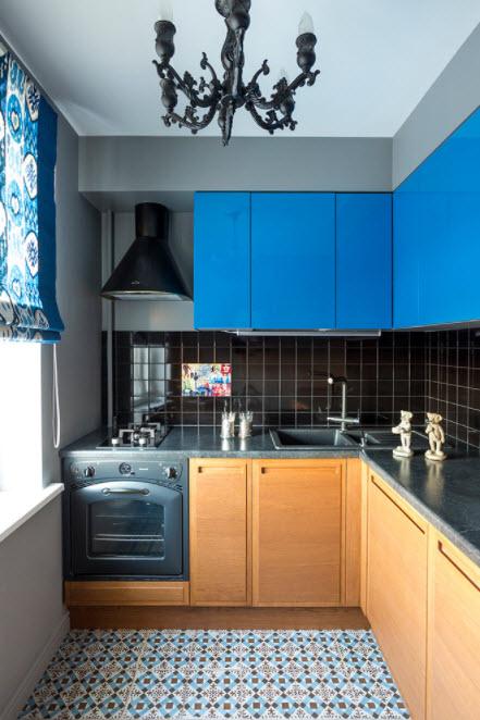 синяя кухня в маленькой квартире