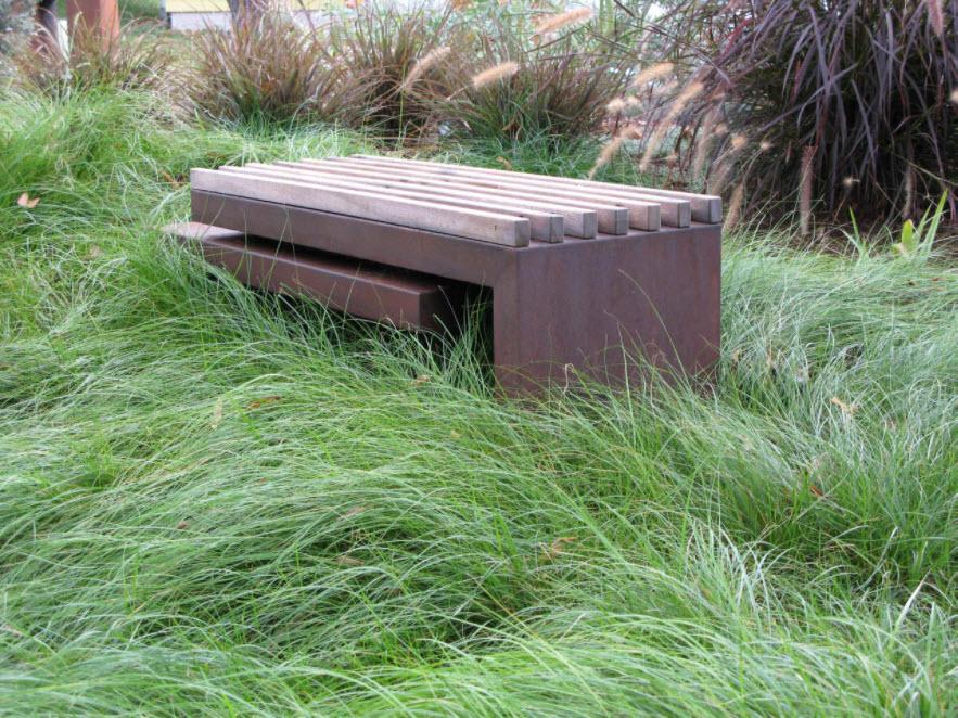 скамья в густой траве