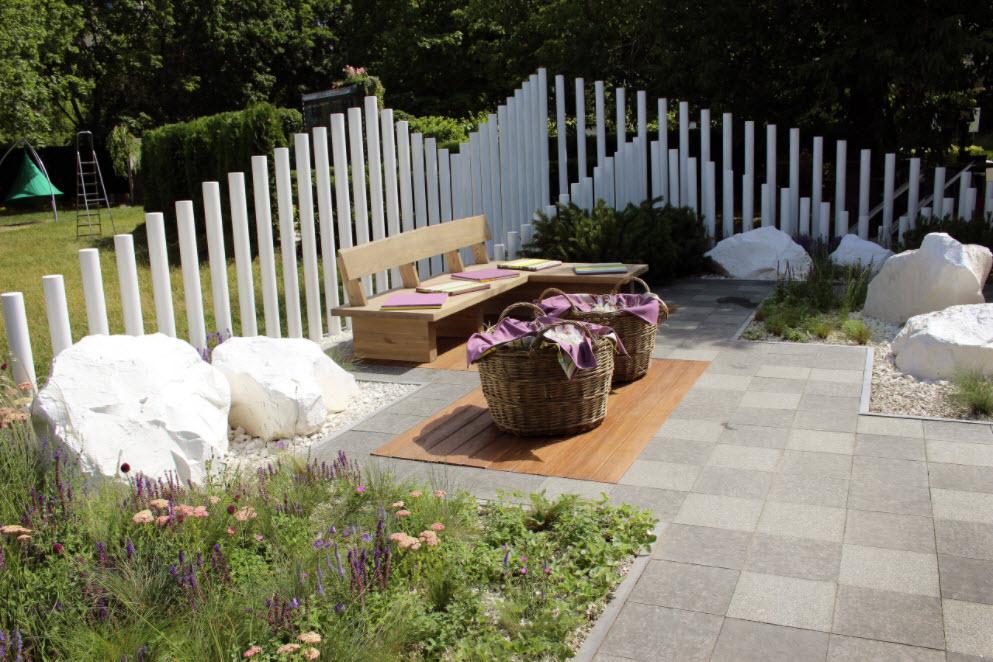 скамья и белый забор