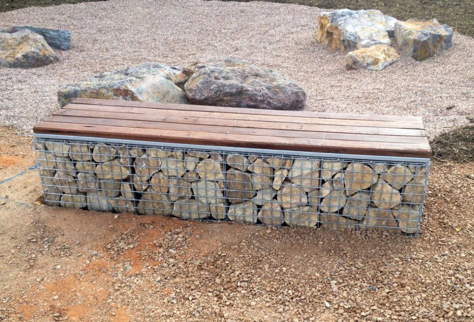 скамья на камнях