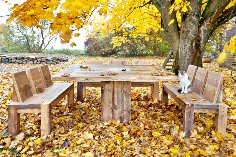 2 лавки у стола под деревом
