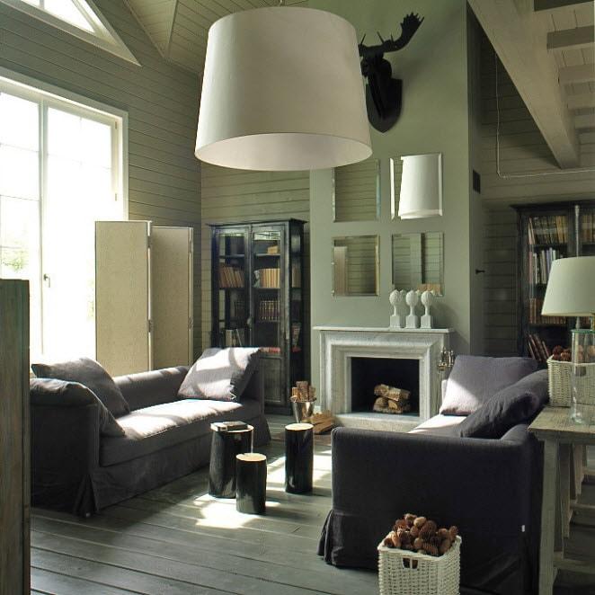 ширма светлых оттенков за диваном у окна