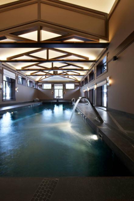 деревянный навес над бассейном